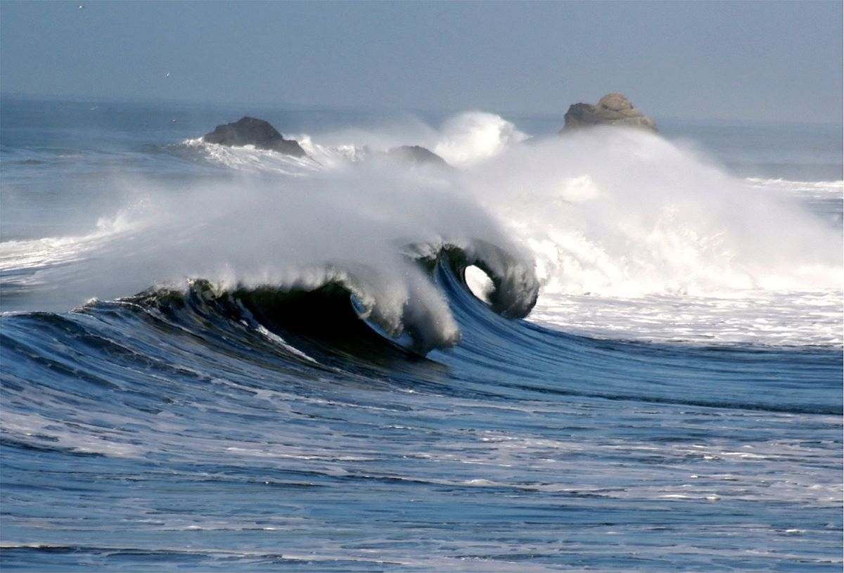 """Снимка: """"Waves in pacifica 1"""" by Brocken Inaglory - Own work. Licensed under GFDL via Wikimedia Commons"""
